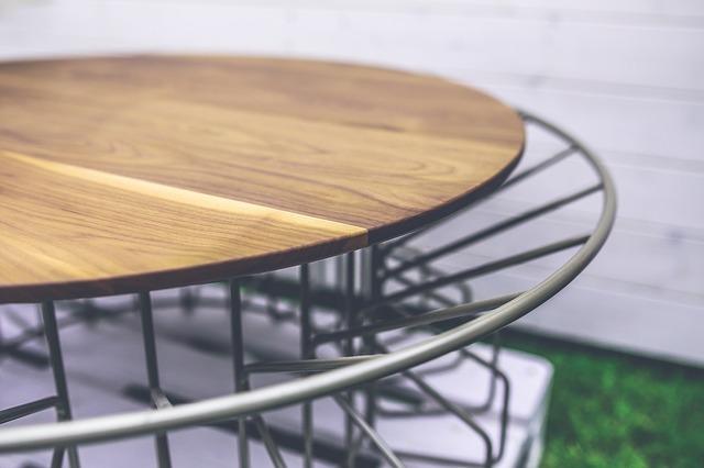 stolek ze dřeva a kovu