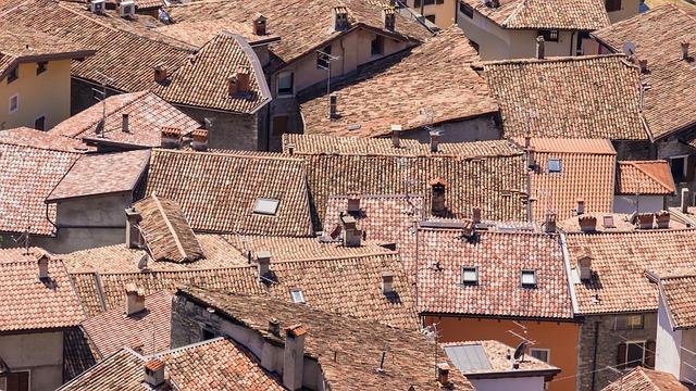 červené střechy
