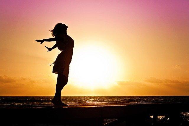 východ slunce a silueta dívky.jpg