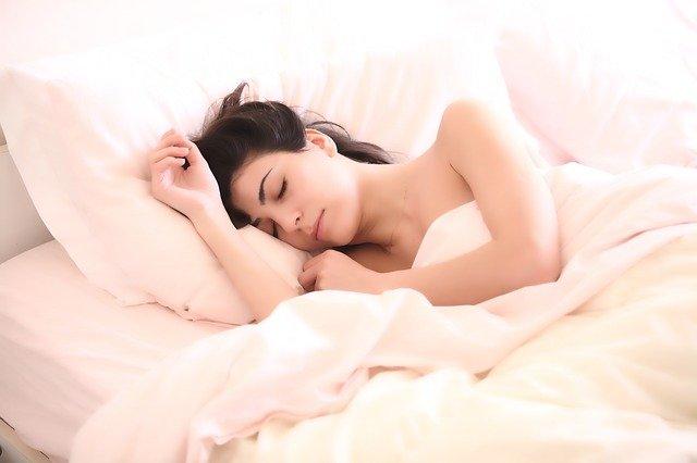 bruneta spí v posteli
