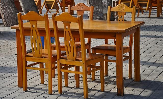 jídelní stůl a židle ze dřeva