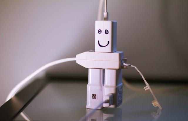 bílá elektro postavička